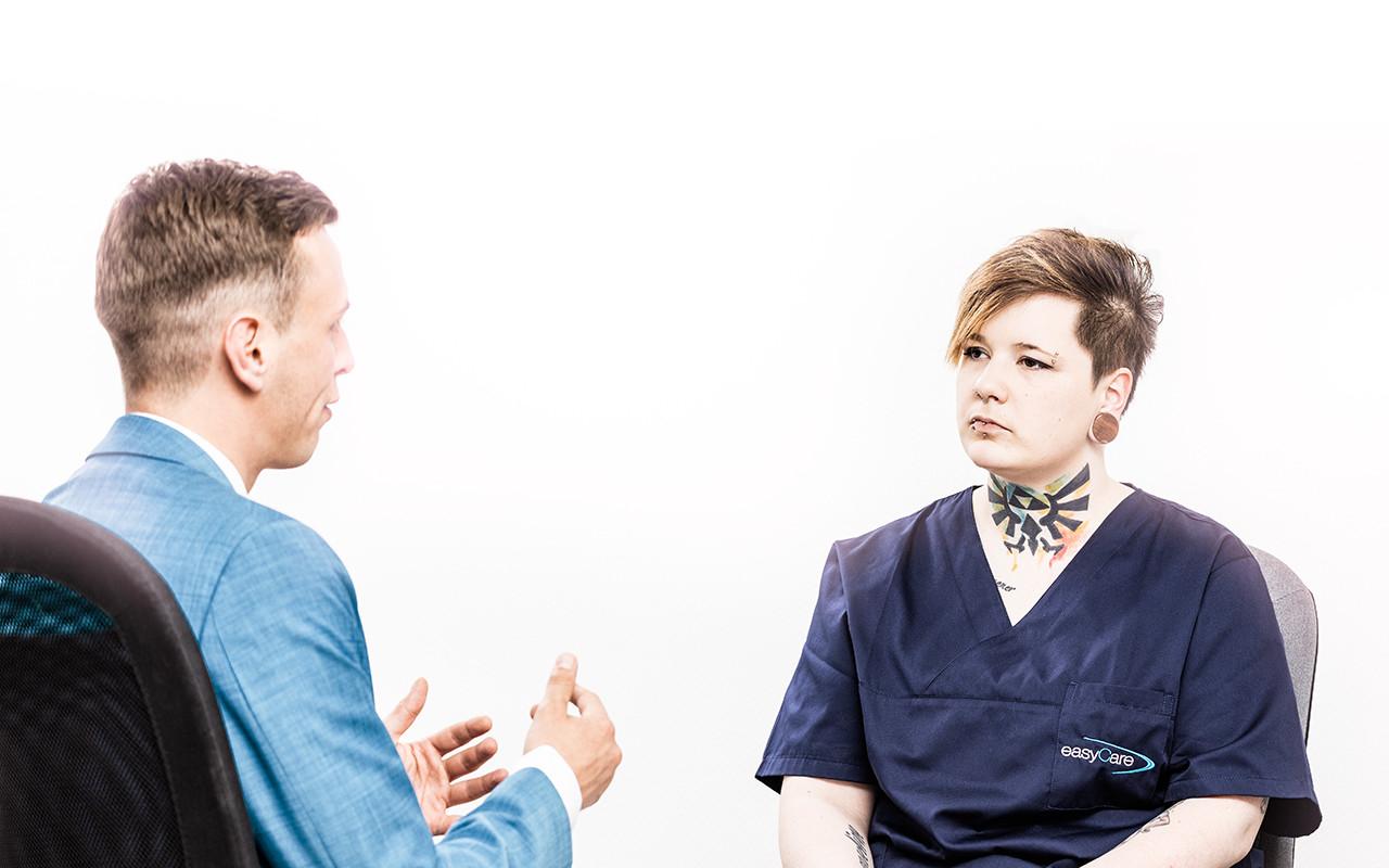 Björn Geschwind und Mitarbeiterin sprechen üben den letzten Einsatz